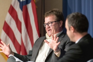 Chuck Raasch (l) discussed his new book about the Civil War, which explores heroism and the rise of the war correspondent, at an Oct. 20 National Press Club Book Rap. The event was moderated by Club President Thomas Burr (r).