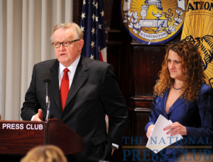 NPC President Donna Leinwand presents Ahtisaari with questions submitted from the audience.Photo: Greg Tinius