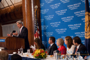 Senator John Kerry discusses climate change at a July 29 NPC luncheon. (L-R John Kerry, Donna Leinwand, George Sakellaris, Eleanor Clift, Grazia Salvermini, Rodrigo Valderrama)Photo: Noel St. John