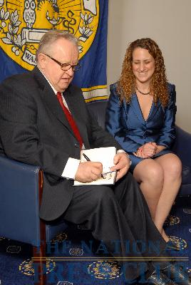 Martti Ahtisaari signs the traditional NPC Guest Speaker book with NPC President Donna Weinland.Photo: Greg Tinius