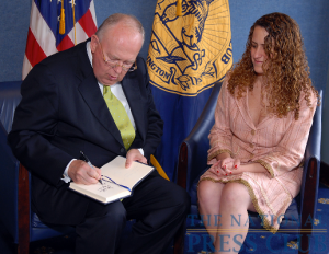 John W. Rowe, Chairman and CEO, Exelon Corporation, signs the guest book as NPC President Donna Leinwand looks on.Photo: Greg Tinius/Tinius-Arts